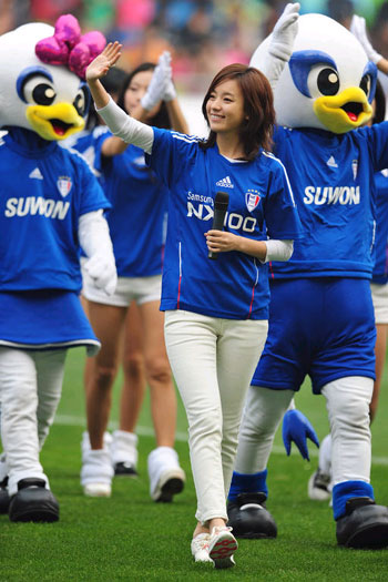 Actress Han Hyo-joo waves after giving out soccer balls with her autograph to fans at a match between Suwon Samsung and Jeonbuk Hyundai in Suwon, Gyeonggi Province on Sunday.