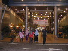Atok Abah dan anak-anak di lobi Hospital Serdang