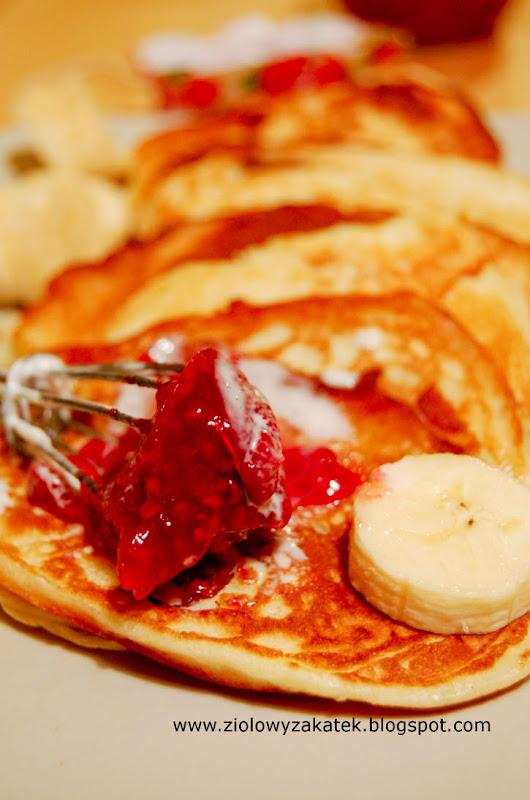Mięciutkie pancakes. Z dżemem i bananami.