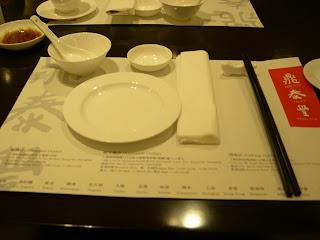 鼏泰豐的桌面陳設比百合居簡單得多吧