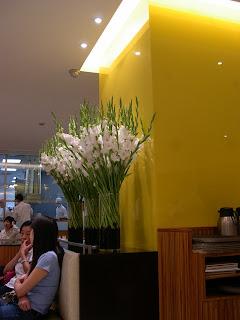 花也是我欣賞這餐廳的一部份,你看真一點,那些是劍蘭呀,但很潮!