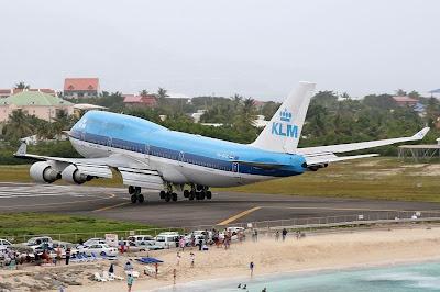 Jumbo aterrizando cerca de playa
