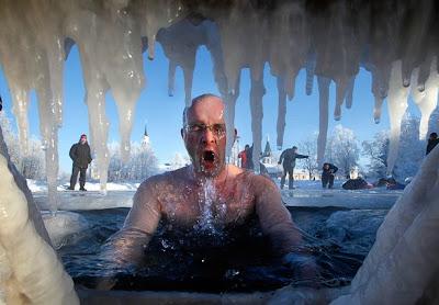 Rusos se bañan en aguas heladas por celebracion de la Epifania