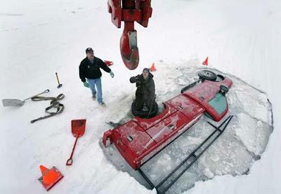 Vehiculo cae a un lago congelado