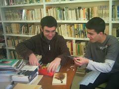 Alumnos B.I. Colaborando en la biblioteca