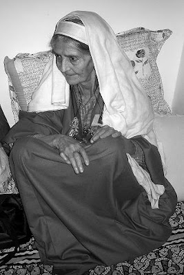 kashmiri old lady in pheran and tarang