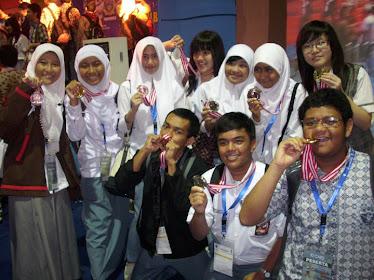 Bersama para peraih medali OSN Ekonomi 2010
