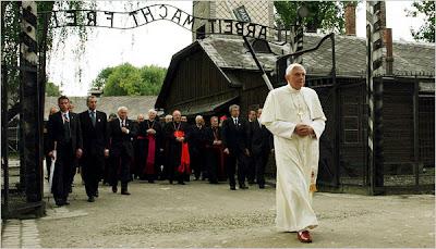 [Image: Benedict+XVI+Auschwitz-Birkenau.jpg]