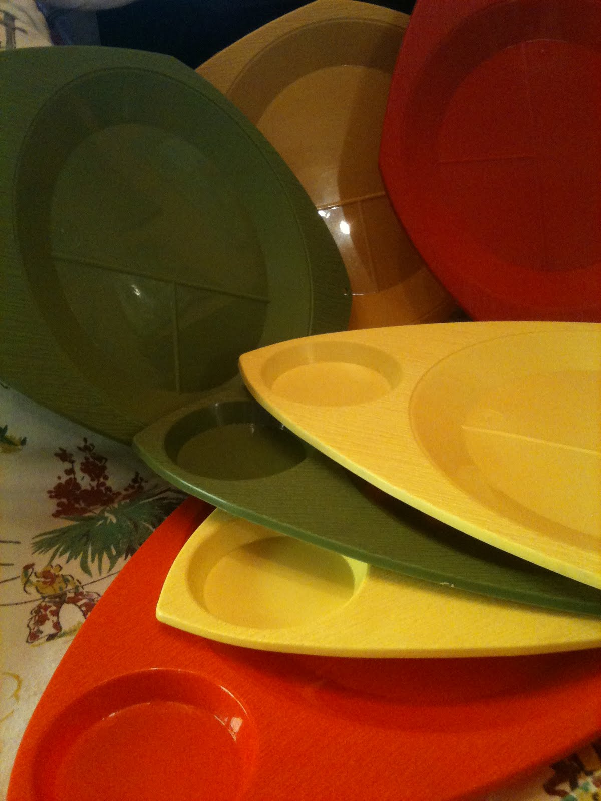 if you\u0027re the type of person who likes to keep your beans separate from your wiener then these 70\u0027s era colorful plastic plates are your idea of a good ... & SEATTLE JUNK LOVE: SOLD- 70\u0027s plastic picnic plates colorful set of ...