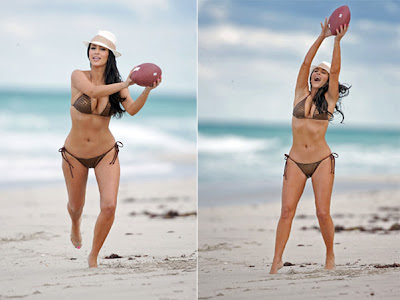 Kim Kardashian de biquini na praia jogando futebol americano