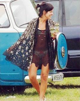 Lily Allen de lingerie e vestido transparente no Festival de Glastonbury