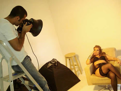 Fani de lingerie no making of das fotos de seu livro