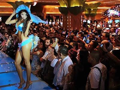 Noivinhas sexy mostram lingeries em desfile