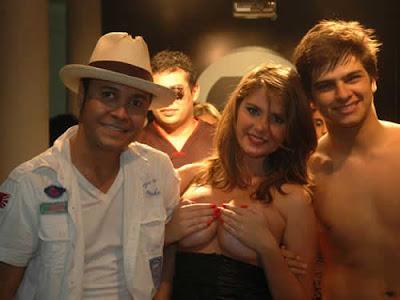 Bárbara Evans faz topless em desfile