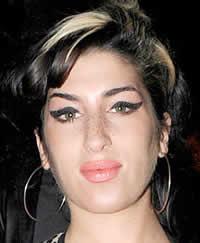 Amy Winehouse viciada em cirurgias plásticas
