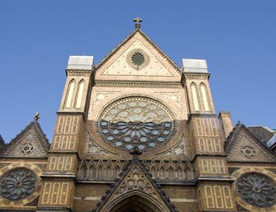 כנסיה ישנה ועליה יש שני מגני דוד