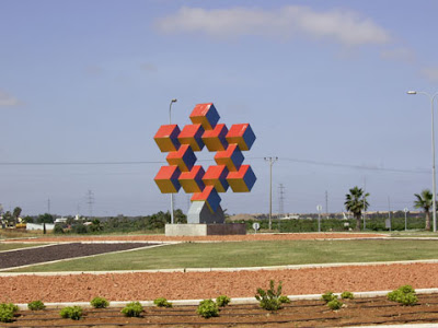 Star of David sculpture at the entrance to Gan Yavne