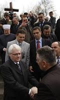 Un momento della visita di Josipovic a Krizancevo Selo (Foto di Amel Emric AP)