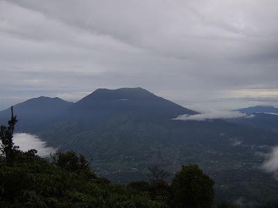 http://4.bp.blogspot.com/_zzKFKfNBF_c/Sa-z49tjX6I/AAAAAAAAAAM/AIWk0hVHJzA/s400/gunung+singgalang.jpg