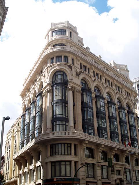 Caminando por madrid gran via 27 casa matesanz for Edificios oficinas madrid