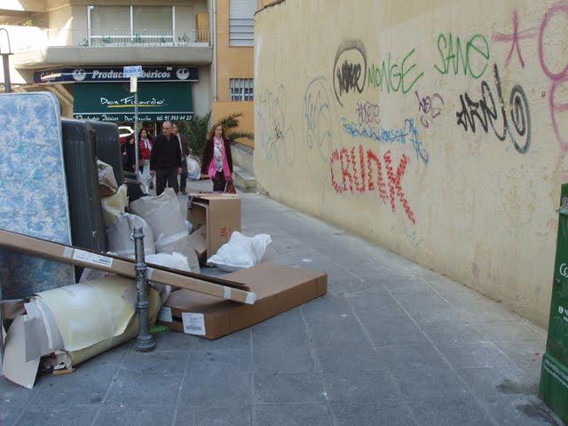 El centro de madrid hecho un asquito caminando por madrid - Recogida de muebles ayuntamiento de madrid ...