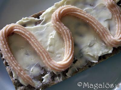 En hård macka med kaviar.