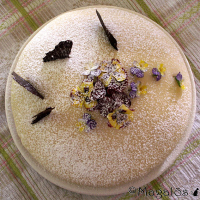 Tårta med marsipantäcke, penséer och chokladflarn.