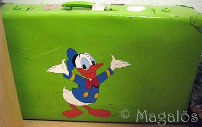 Egenmålad grön resväska.