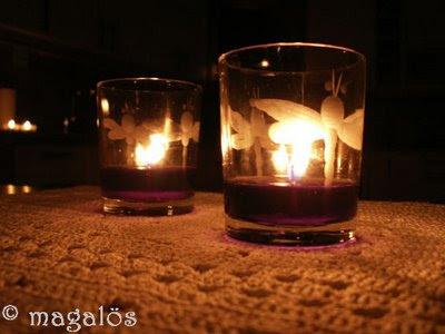 Stearinljus i två glas med fjärilsdekor.