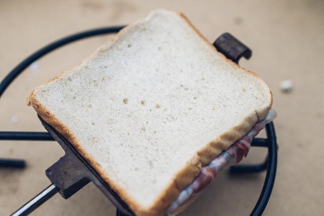 Pie-Iron  Sandwicheisen  Schinken-Käse-Sandwich mit Bacon  Sandwiches am Lagerfeuer  Outdoor-Kitchen 05