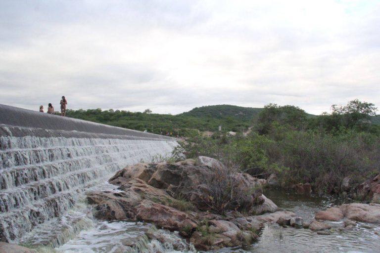 barragem-no-rio-jaguaribe-comeca-a-sangrar