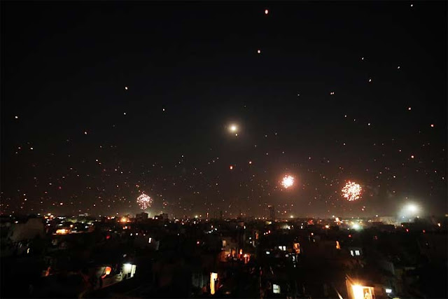 A Still from Hardik Mehta's Amdavad Ma Famous, Night Sky