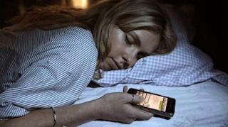 Bahaya! 5 Hal Mengerikan Jika Sering Membawa Handphone Saat Tidur