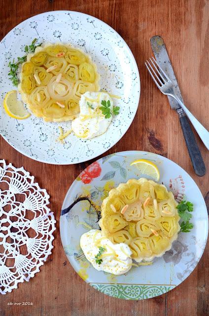 tarte-tatin-di-porri-al-limone-con-salsa-allo-yogurt-greco