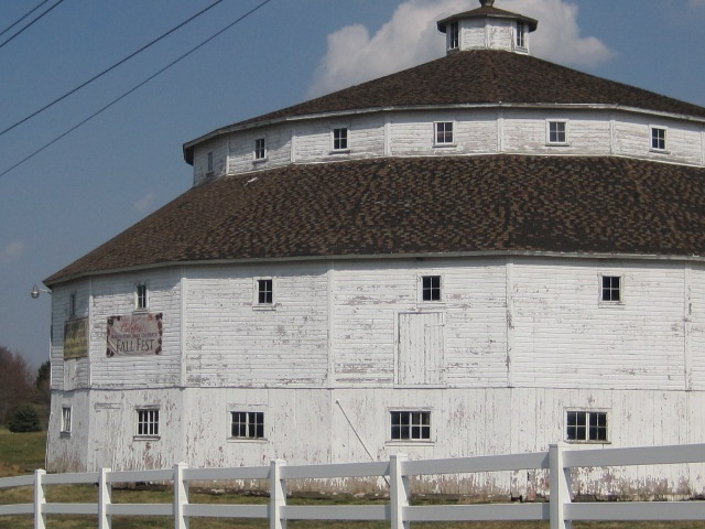 http://genemundtchicagolandmortgage.blogspot.com/2013/04/the-baker-koren-round-barn-farm-park-in.html