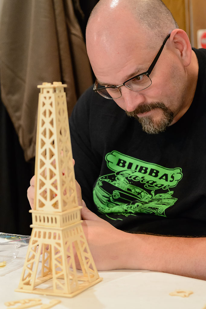 Building the main section of the Eiffel Tower puzzle