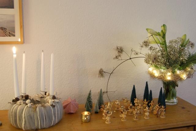 Adventsdeko mit Amaryllis, Filzkranz und Faltenrockengeln.
