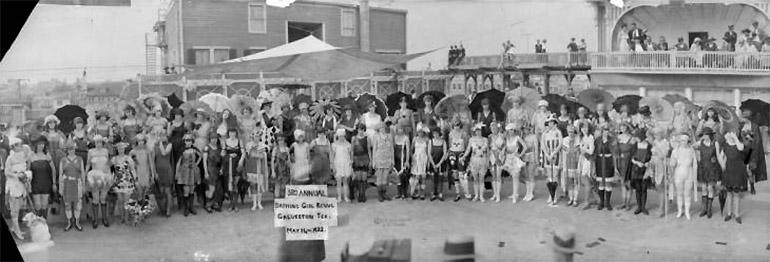 Photographie panoramique d' Eugene O. Goldbeck d'un concours de tenues de bain à Gavelston en 1922