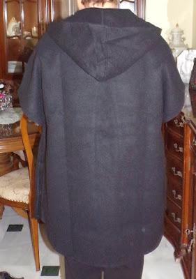#poncho con capucha en negro