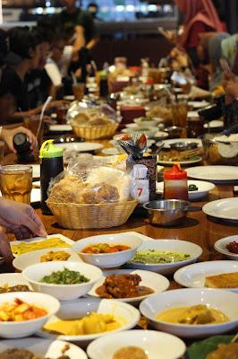 Makanan siap disantap diatas meja restoran Padang Merdeka