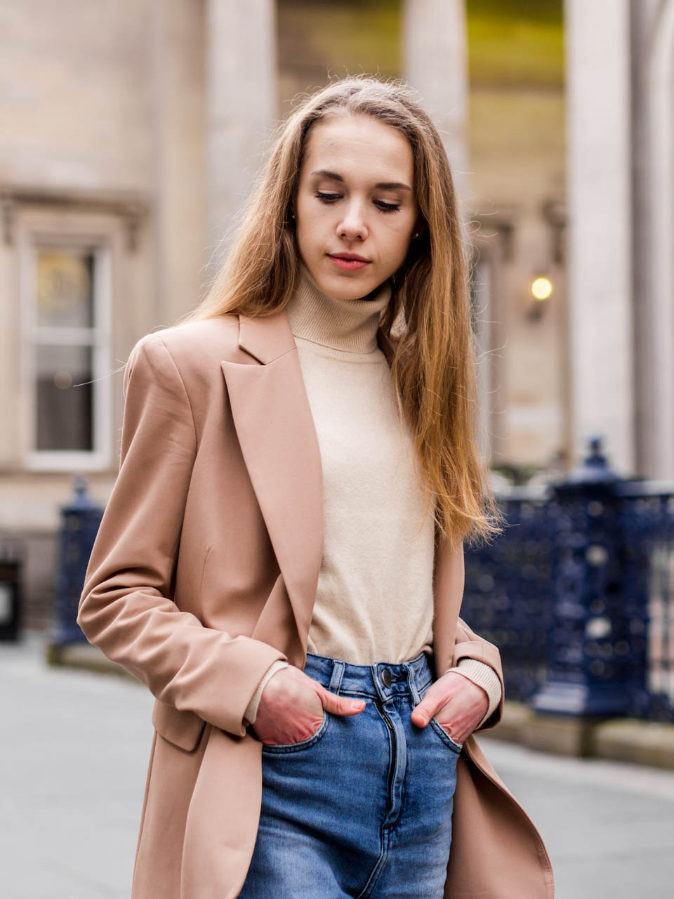 Autumn fashion :beige cashmere turtleneck jumper and camel blazer - Syysmuoti: beige kasmirpooloneule ja kamelinvärinen bleiseri