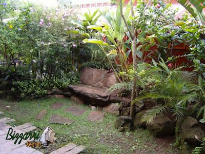 Banco no jardim, com pedra moledo, com as muretas de pedra e a execução do paisagismo.