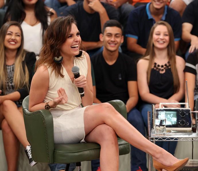"""La Iozzi mostrando sus piernas en el programa """"Alta Horas"""""""