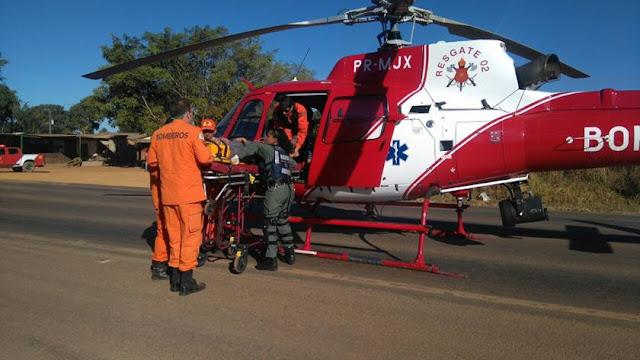 Carro bate em árvore e cinco pessoas ficam feridas na BR-251