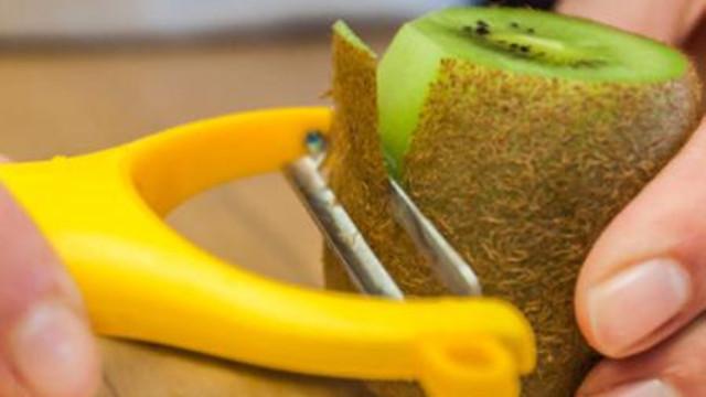 Mengupas buah kiwi pakai pisau sayur