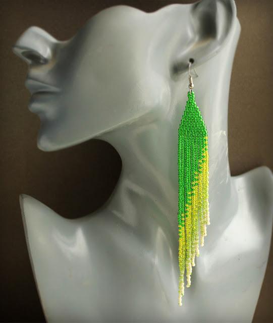 Купить длинные зеленые серьбги из бисера. Стильные украшения ручной работы. Интернет-магазин.