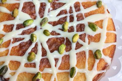 visuale dall'alto della torta al bergamotto con ganache al cioccolato bianco