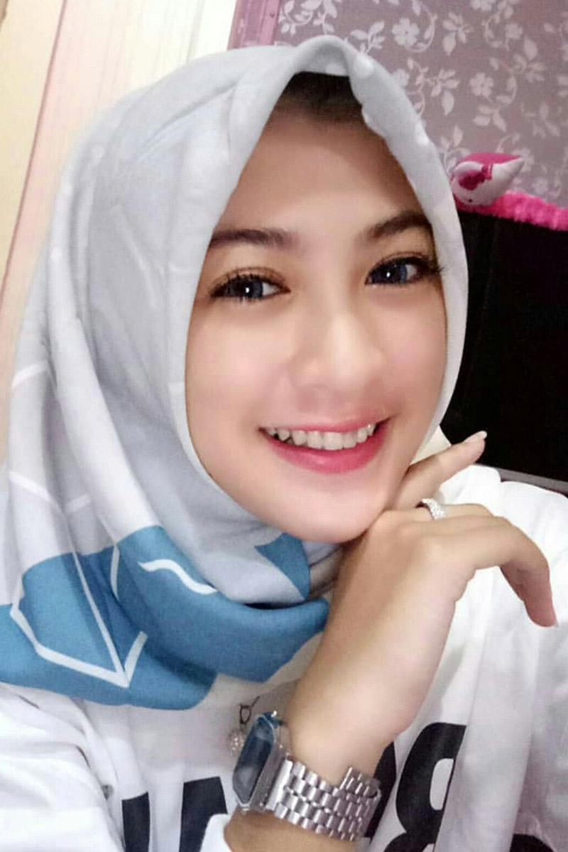 Cewek IGO hijab manis selfie di dalam kamar