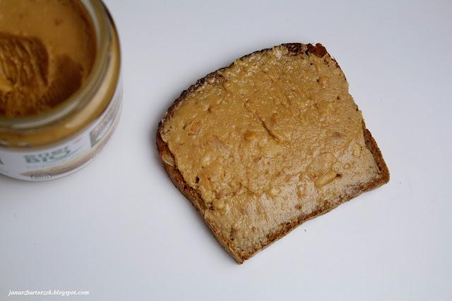masło orzechowe z pieczywem razowym