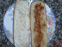Untando el pan con mayonesa y barbacoa